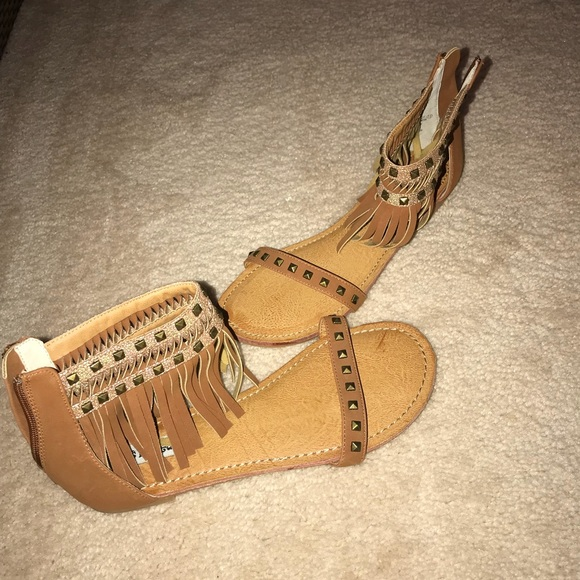 Shoes - Brown sandals with fringe